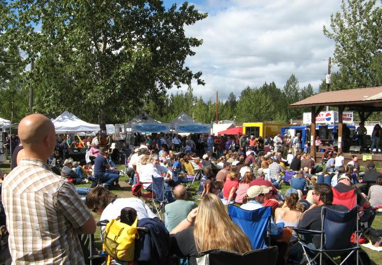 Crowd of people at the Talkeetna Moose Festival 2007